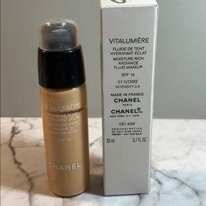 Chanel 07 Ivoire Vitalumiere Moist Rich Foundation